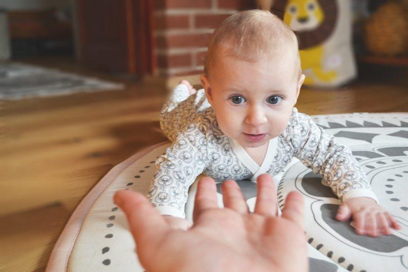Jak zachęcić dziecko do raczkowania?