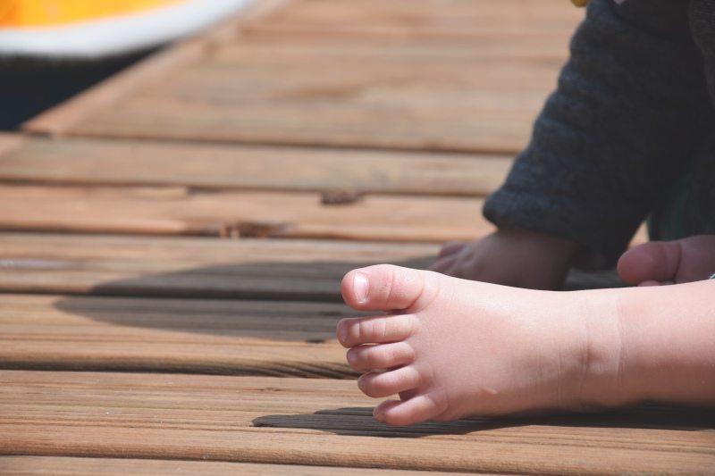 Pierwsze buty dziecka? Jego własne stopy!