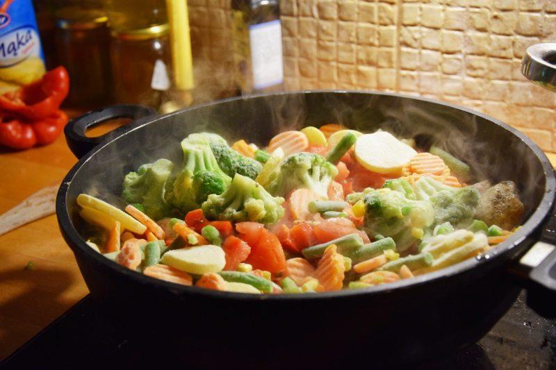 makaron z warzywami i indykiem