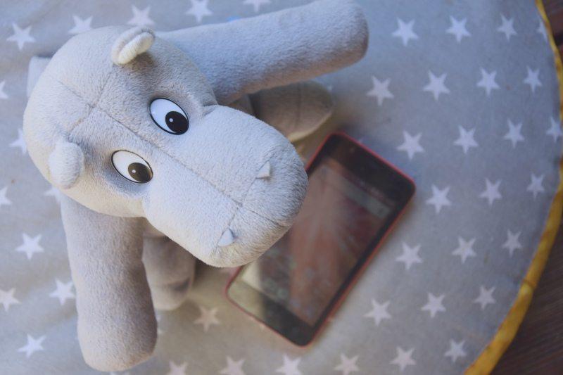 Telefon dla niemowlaka – czy to ma sens?