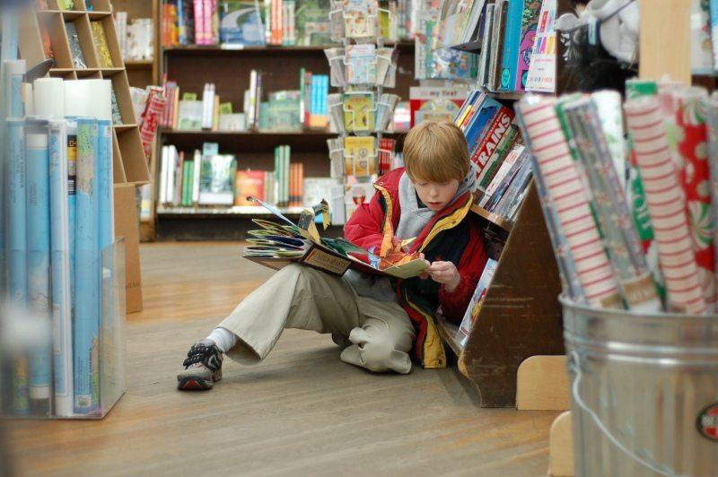 Jak iść z dzieckiem do sklepu bez awantur i jak odmówić mu bzdetów przy kasie