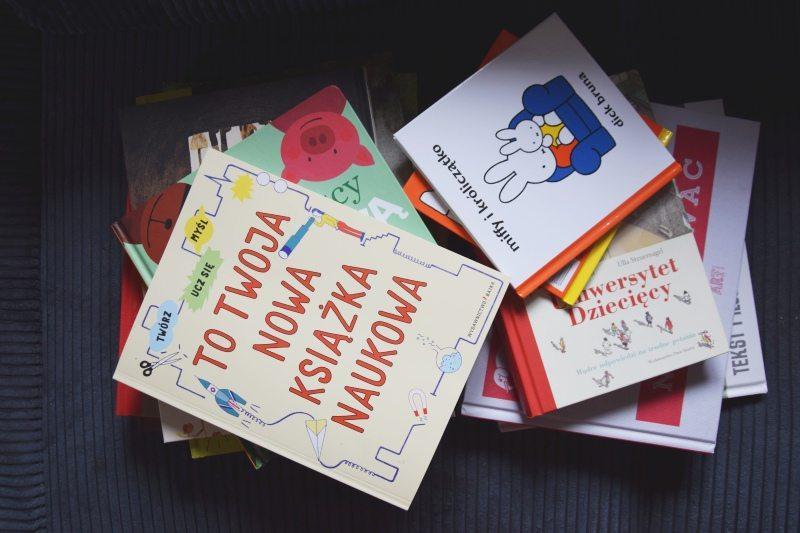 Czemu dzieci uwielbiają, gdy czytamy tę samą książkę? [plus nowe książki w Naszej Bibliotece]
