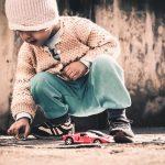 Do faceta, co twierdzi, że szczęście jego dzieci zależy od drogich zabawek i firmowych ciuchów